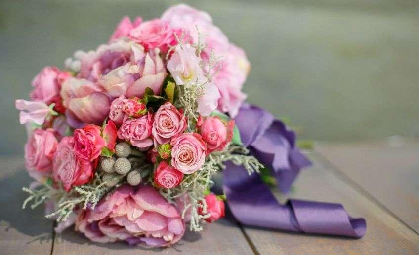 Букет белых роз во сне - к задушевному разговору с подругой наяву, к исповеди и к нежным ласкам с любовником.