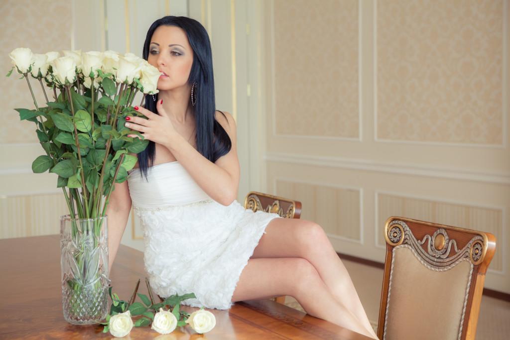 мамы юбилей, как сфотографироваться с белой розой днем рождения