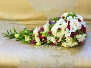 kaskadniy-rozoviy-svadebniy-buket