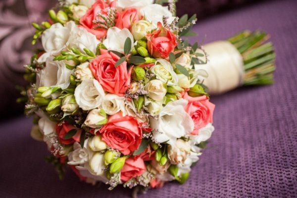 Свадебный букет из белых молодых роз и пионовидных #5